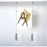 Accrochage de tableaux, photos et miroirs au mur.